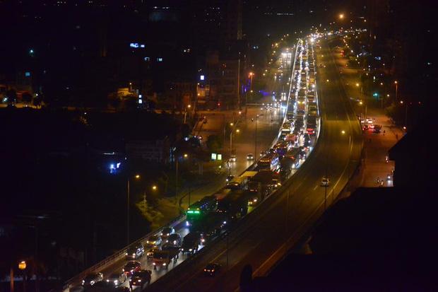 Hà Nội: Vành đai 3 ùn tắc nhiều tiếng đồng hồ, người dân vạ vật ngoài cao tốc bắt xe về quê trong đêm - Ảnh 1.