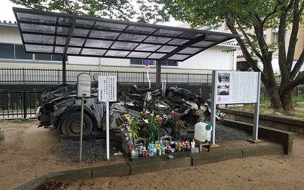Chiếc xe ô tô bị đâm nát, sở cảnh sát Nhật Bản đem về thờ và câu chuyện khiến nhiều người rơi nước mắt - Ảnh 2.