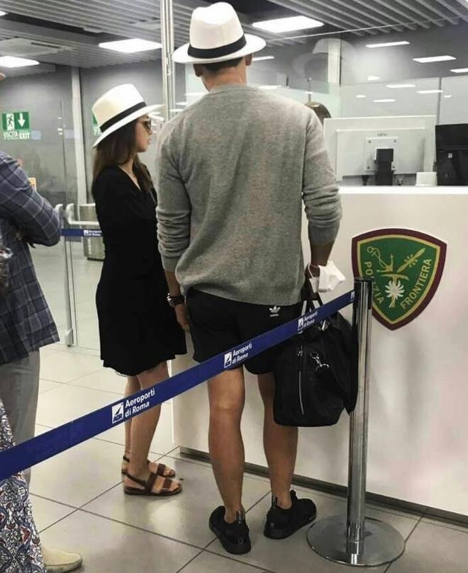 Kim Tae Hee lấy túi che bụng bầu khi đi cùng ông xã Bi Rain - Ảnh 1.