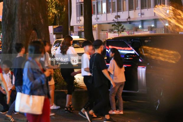 Hà Hồ - Kim Lý lại dính như sam, thân mật ngoài phố và cùng nhau về nhà lúc nửa đêm - Ảnh 1.