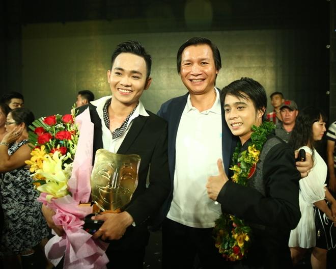 Đạo diễn Vũ Thành Vinh bên các quán quân của Cười xuyên Việt