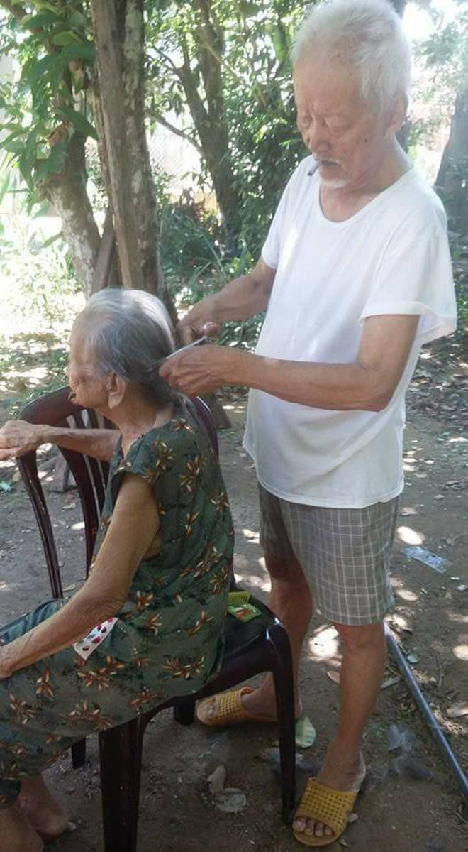 Chuyện tình 70 năm đẹp như giấc mơ của cụ ông trong bức hình tự tay cắt tóc cho vợ - ảnh 1