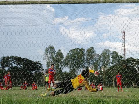 Văn Hậu chấn thương nhẹ, U18 Việt Nam luyện sút penalty - Ảnh 1.