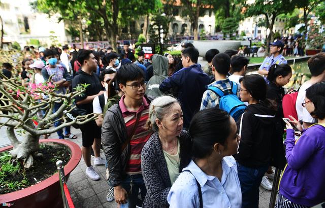 Vì sao người Việt mua áo 'made in Vietnam' 300.000 đồng chê đắt nhưng đội nắng 15 tiếng mua áo H&M 700.000 đồng vẫn khen rẻ? - Ảnh 1.