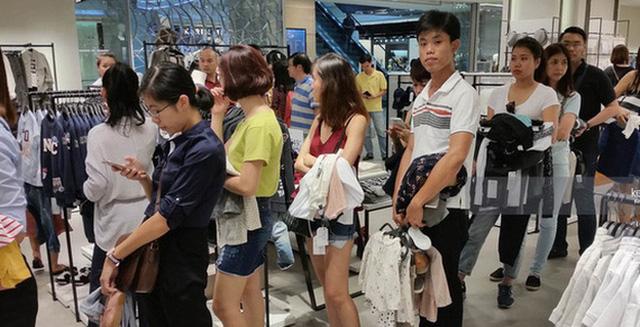 Vì sao người Việt mua áo 'made in Vietnam' 300.000 đồng chê đắt nhưng đội nắng 15 tiếng mua áo H&M 700.000 đồng vẫn khen rẻ? - Ảnh 2.