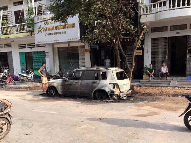 Mercedes tiền tỉ bốc cháy trơ khung - Ảnh 1.