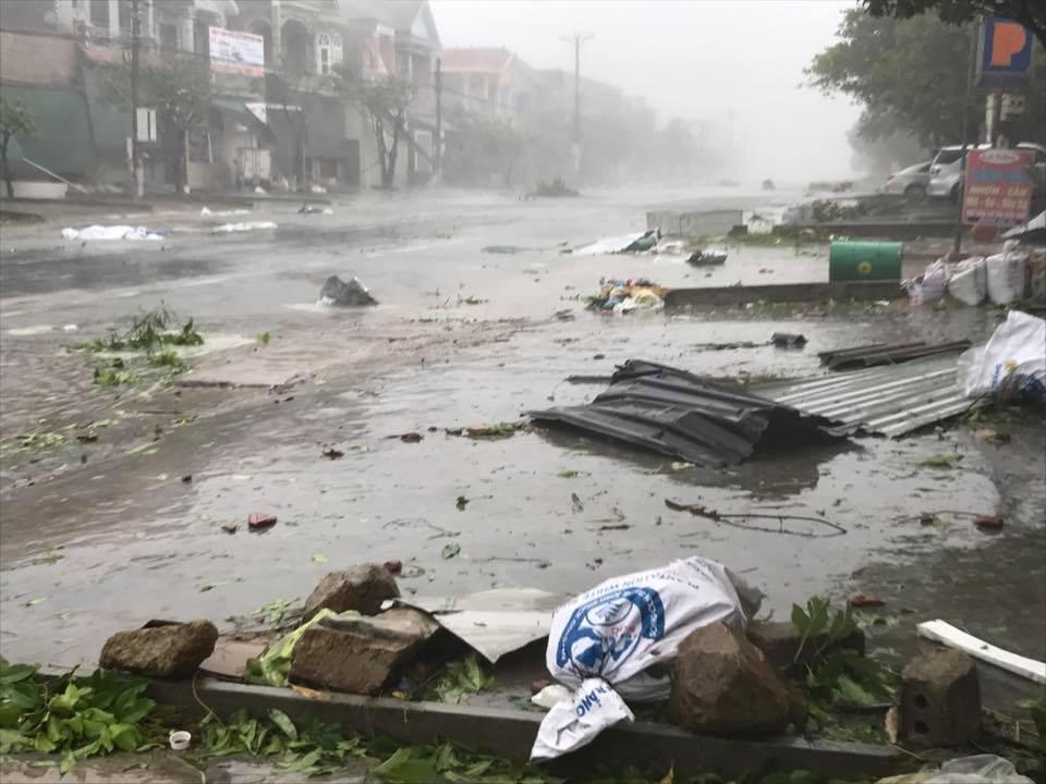 7 người thương vong ở Quảng Bình, 2 tàu chìm ở Quảng Ninh, Nghệ An - Hà Tĩnh tan hoang sau bão số 10