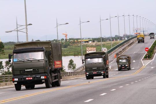 Quân khu 4 điều 400 chiến sĩ tới Hà Tĩnh giúp dân sau bão - Ảnh 2.