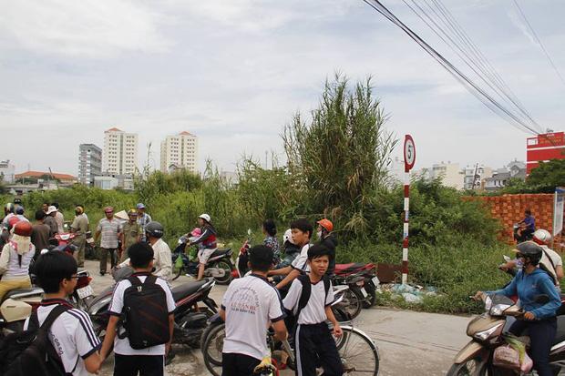 Phát hiện thi thể bé trai sơ sinh quấn trong chăn ở vùng ven Sài Gòn - Ảnh 1.