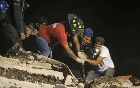 Động đất Mexico: Hối hả cứu người sau khi thấy cánh tay cử động - Ảnh 1.