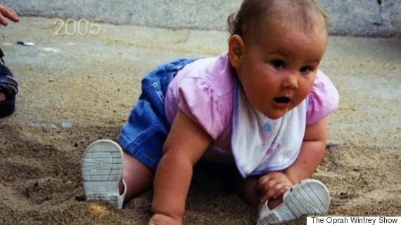 Nhai lưỡi và tự cào mù cả mắt, cuộc sống đầy rẫy hiểm họa với bé gái bị mắc phải bệnh hiếm - Ảnh 1.