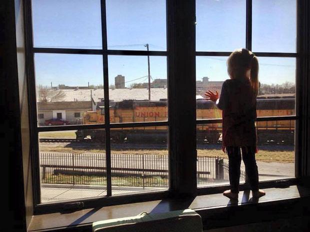 Suốt 3 năm, ngày nào bé gái cũng vẫy tay chào khi tàu chạy qua, bỗng một ngày, người lái tàu chỉ nhìn thấy tấm biển trên cửa sổ - Ảnh 1.