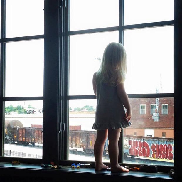 Suốt 3 năm, ngày nào bé gái cũng vẫy tay chào khi tàu chạy qua, bỗng một ngày, người lái tàu chỉ nhìn thấy tấm biển trên cửa sổ - Ảnh 2.