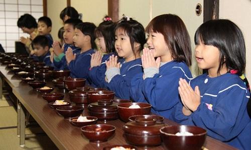 Nhìn cách trẻ em Nhật Bản sang đường, cha mẹ Việt Nam học được điều gì? - Ảnh 3.