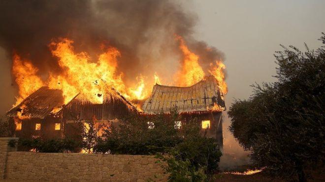Lửa cháy ngút trời khắp California, hàng chục người chết - Ảnh 1.