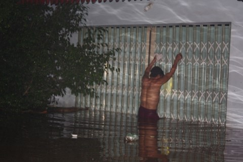 Thanh Hóa: Nước dâng ngập nóc nhà, người dân cõng nhau chạy lũ trong đêm - Ảnh 2.