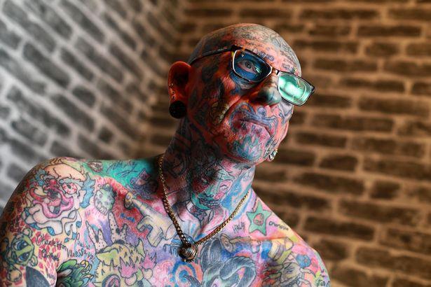 Người đàn ông trở thành triển lãm tranh di động với hơn 800 hình xăm trên cơ thể - Ảnh 1.