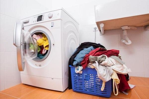 Trời mưa nhiều, giặt và phơi phải biết những mẹo này thì quần áo mới nhanh khô - Ảnh 1.