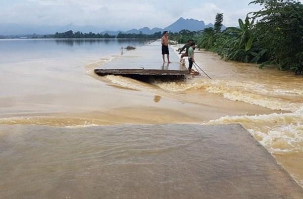 Hình ảnh nước ngập trắng vùng sau sự cố vỡ đê ở Hà Nội - Ảnh 1.