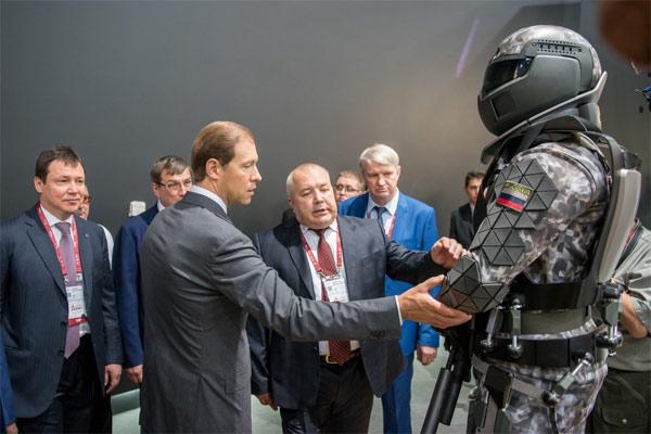 Chiếc đồng hồ bí ẩn trên bộ giáp chiến binh siêu đẳng Nga - Ảnh 2.