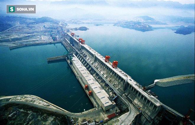 Cận cảnh xả lũ ở đập thủy điện lớn nhất thế giới mạnh ngang 15 lò phản ứng hạt nhân - Ảnh 3.