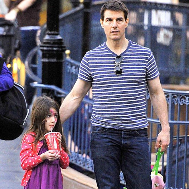 Suri Cruise đau buồn cầu xin bố Tom đến gặp bé sau 4 năm xa cách - Ảnh 2.