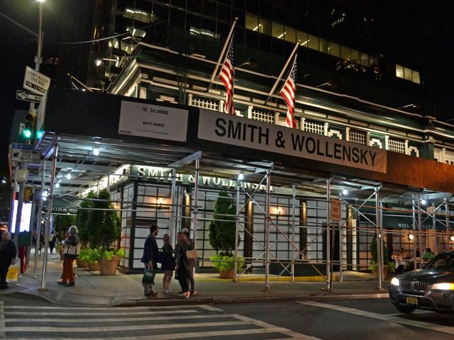 Có gì tại nhà hàng ưa thích của Warren Buffett tại New York, nơi nhiều người chi hàng triệu đô la để dùng bữa với tỉ phú giàu nhất thế giới? - Ảnh 1.