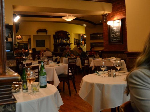 Có gì tại nhà hàng ưa thích của Warren Buffett tại New York, nơi nhiều người chi hàng triệu đô la để dùng bữa với tỉ phú giàu nhất thế giới? - Ảnh 2.
