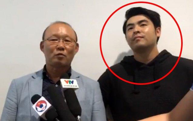 Nhân vật bí ẩn lại xuất hiện cùng HLV Chung Hae Seong - Ảnh 1.