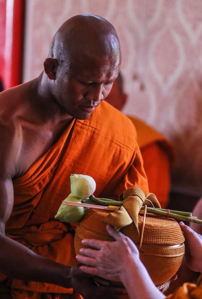 Thánh Muay Thái Buakaw quét chùa, đi khất thực được cảnh sát hộ tống - Ảnh 1.