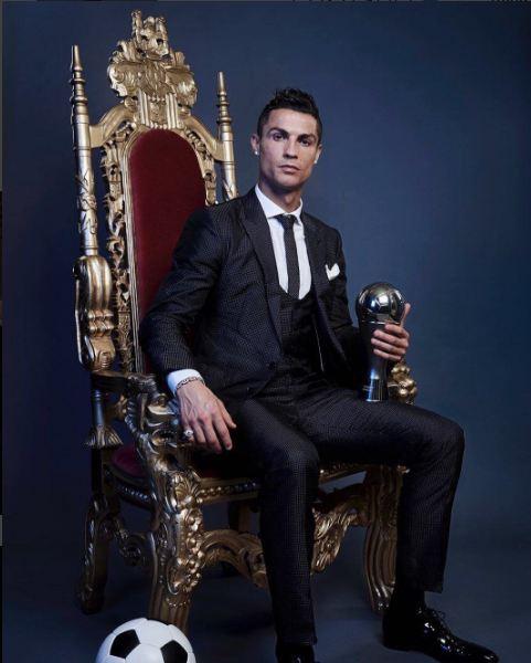 Ronaldo ngồi trên ngai vàng, khẳng định vị trí Vua bóng đá mới - Ảnh 1.