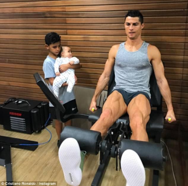 Con trai 4 tháng tuổi của Ronaldo tròn mắt nhìn bố luyện tập - Ảnh 1.