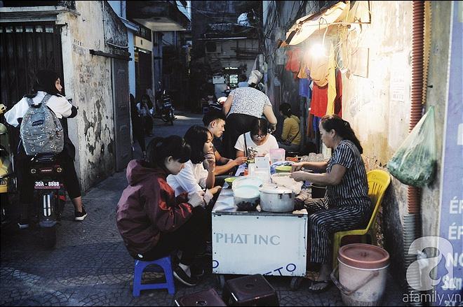Quán bánh bột lọc 30 năm tuổi phố Ngọc Lâm, quán vỉa hè, mở hàng giờ dị mà vẫn nườm nượp khách - Ảnh 1.