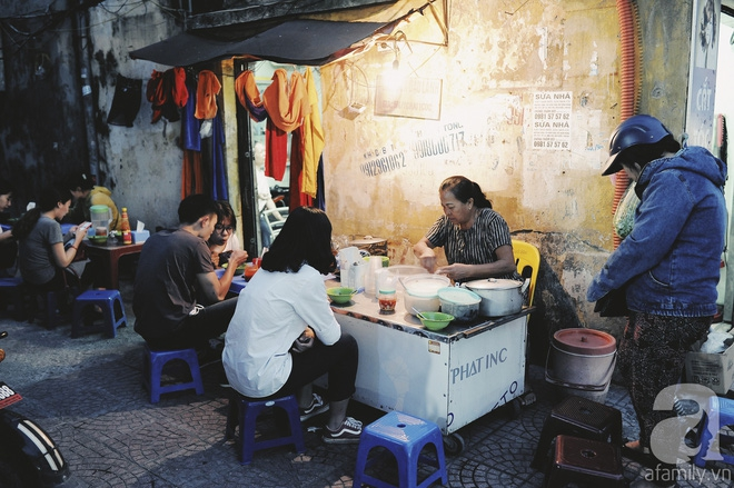 Quán bánh bột lọc 30 năm tuổi phố Ngọc Lâm, quán vỉa hè, mở hàng giờ dị mà vẫn nườm nượp khách - Ảnh 2.