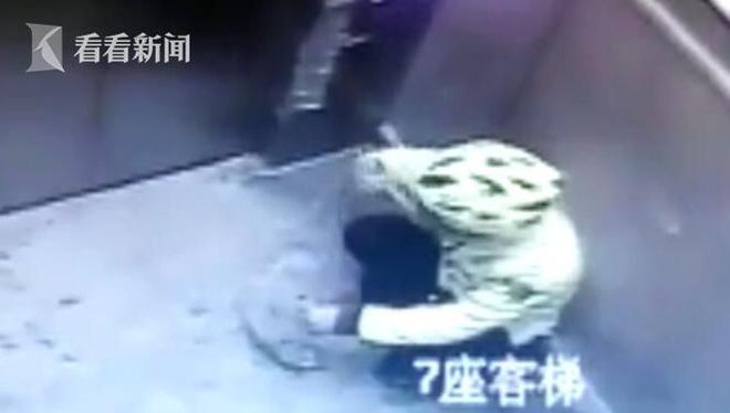 [Clip] Shipper ăn vụng rồi nhè ra, bỏ lại vào hộp giao cho khách - ảnh 1