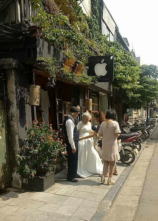 Hình ảnh cô dâu tóc bạc mặc váy cưới trắng, chú rể chống gậy móm mém cười trên phố Hà Nội gây sốt mạng - Ảnh 2.