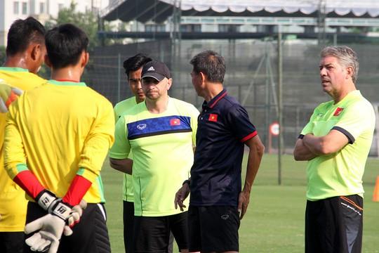 HLV Hoàng Anh Tuấn trình làng trợ lý đến từ Real Madrid - Ảnh 1.