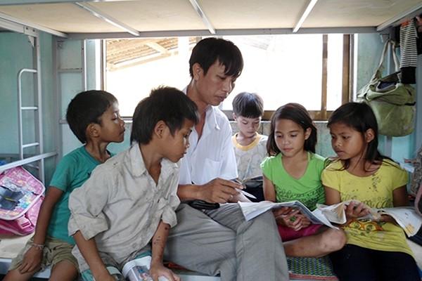 Người thầy của cậu bé tý hon nhất Việt Nam - Ảnh 1.