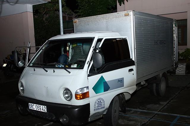 Dùng xe chở hàng đông lạnh vận chuyển thuốc lá lậu - Ảnh 1.