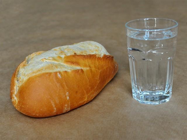 Chúng ta có thể sống sót không, nếu chỉ ăn bánh mì và uống nước lọc? - Ảnh 1.