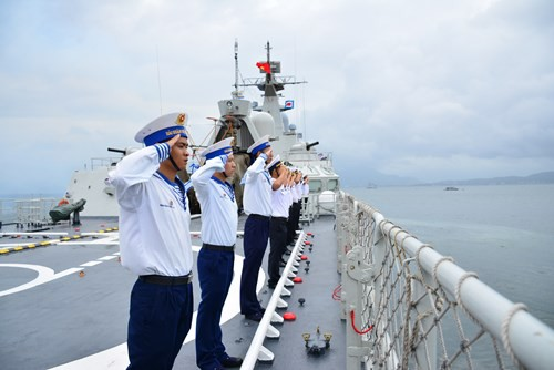 Cán bộ, chiến sĩ Tàu012-Lý Thái Tổthực hiện nghi lễ chào cảng tại quân cảng Cam Ranh, Khánh Hòa.