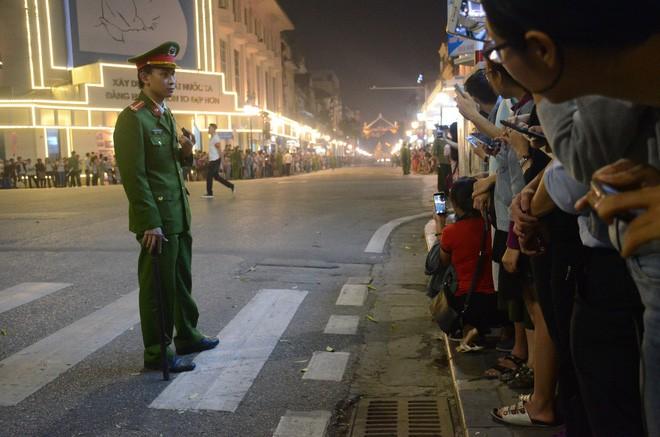 Nhiều cô dâu, chú rể bỏ chụp ảnh cưới để xem đoàn xe Tổng thống Donald Trump chạy trên phố Hà Nội - Ảnh 1.