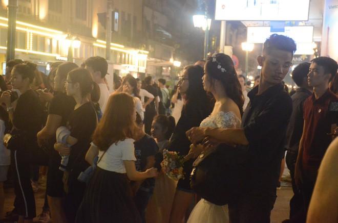 Nhiều cô dâu, chú rể bỏ chụp ảnh cưới để xem đoàn xe Tổng thống Donald Trump chạy trên phố Hà Nội - Ảnh 2.