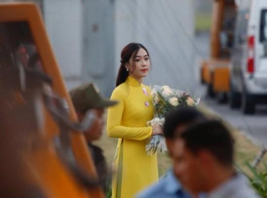 Cận cảnh nhan sắc thiếu nữ tặng hoa Tổng thống Trump ở Hà Nội - ảnh 1