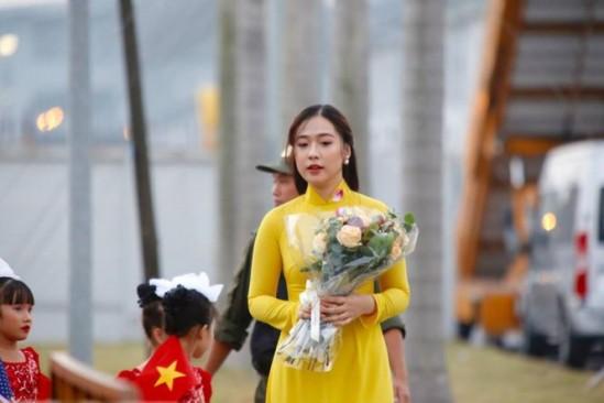 Cận cảnh nhan sắc thiếu nữ tặng hoa Tổng thống Trump ở Hà Nội - ảnh 2