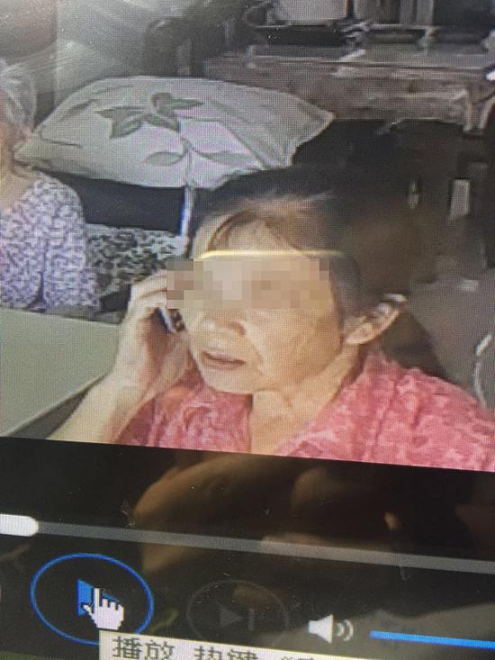 Con gái đau lòng phát hiện mẹ già 93 tuổi bị người giúp việc ngược đãi dã man - Ảnh 2.