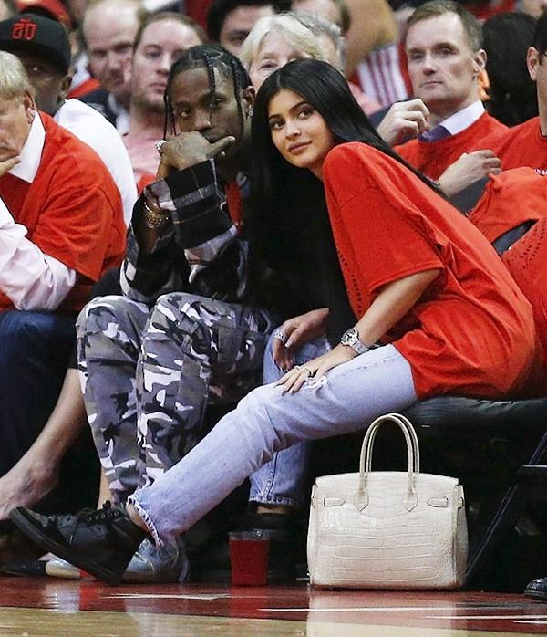Kylie Jenner khoe chiếc nhẫn đính viên kim cương khủng, có thể đã đính hôn và sắp sinh con gái - Ảnh 2.