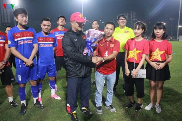 HLV Lê Thụy Hải khen ngợi ông Park Hang Seo, tuyển Việt Nam có quà từ CĐV - Ảnh 1.