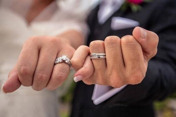 Khoa học nói: Muốn kiếm được thật nhiều tiền, nam giới nên kết hôn sớm - Ảnh 2.