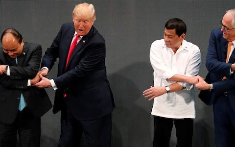 Tổng thống Mỹ Donald Trump lúng túng khi bắt tay chéo - Ảnh 1.